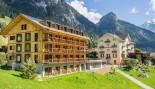 Das ChieneHuus gehört zum Seminarzentrum Kientalerhof, welches im wunderschönen Kiental im Berner Oberland ist. Das besondere an diesem Holz100-Retreathaus ist, dass es ein Bau aus Mondholz ist und es darin fast keine elektromagnetische Strahlungen gibt. S